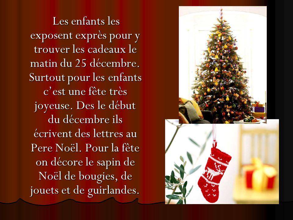 Les enfants les exposent exprès pour y trouver les cadeaux le matin du 25 décembre. Surtout pour les enfants c'est une fête très joyeuse. Des le début