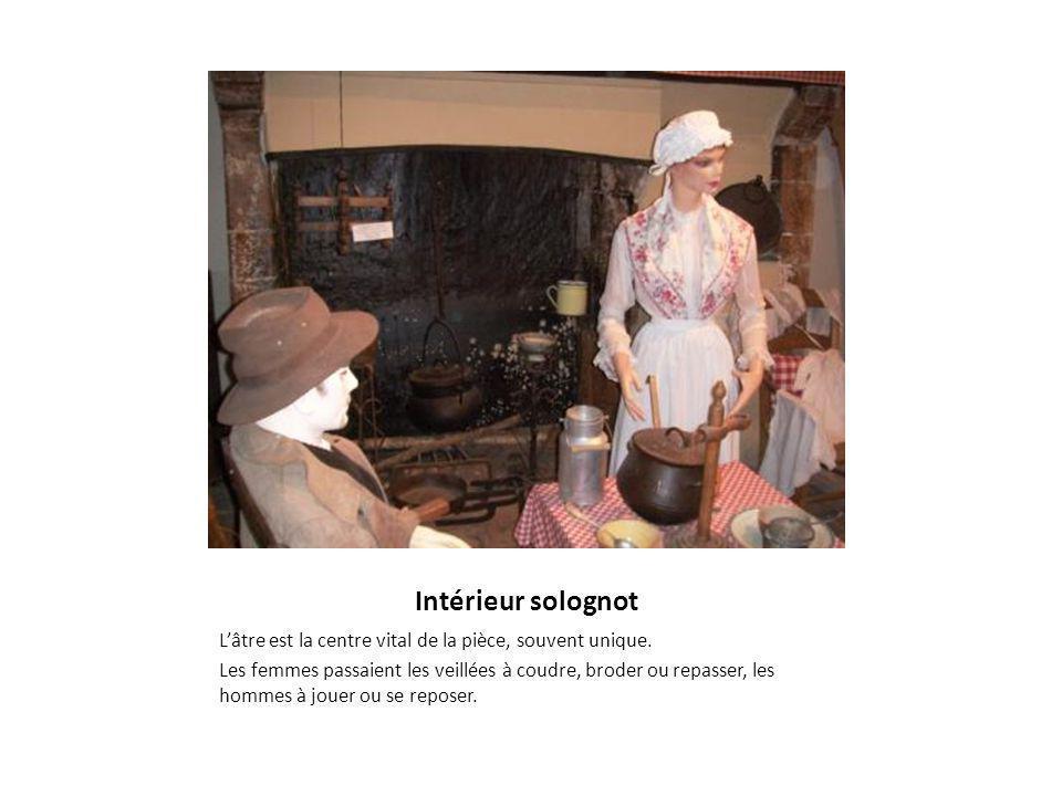 Intérieur solognot L'âtre est la centre vital de la pièce, souvent unique. Les femmes passaient les veillées à coudre, broder ou repasser, les hommes