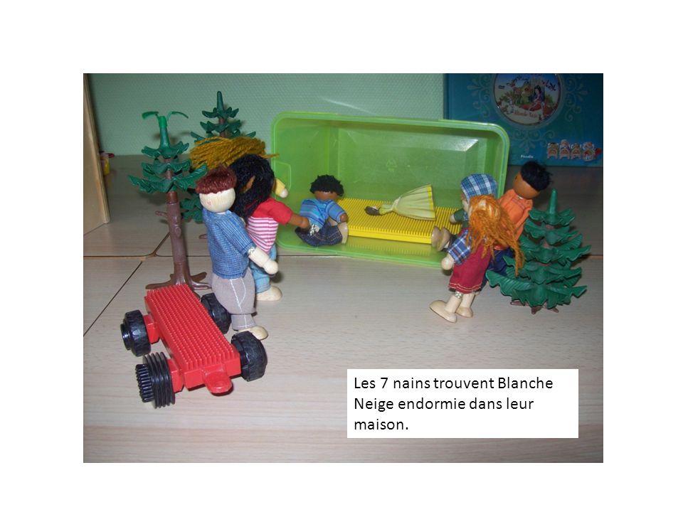 Les 7 nains trouvent Blanche Neige endormie dans leur maison.