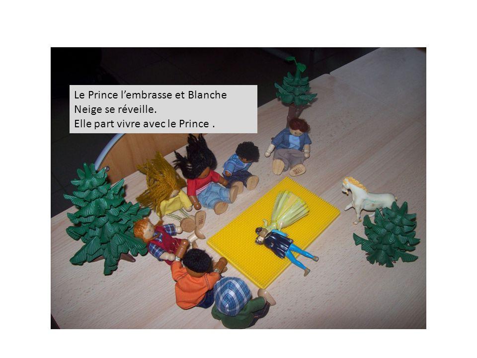 Le Prince l'embrasse et Blanche Neige se réveille. Elle part vivre avec le Prince.