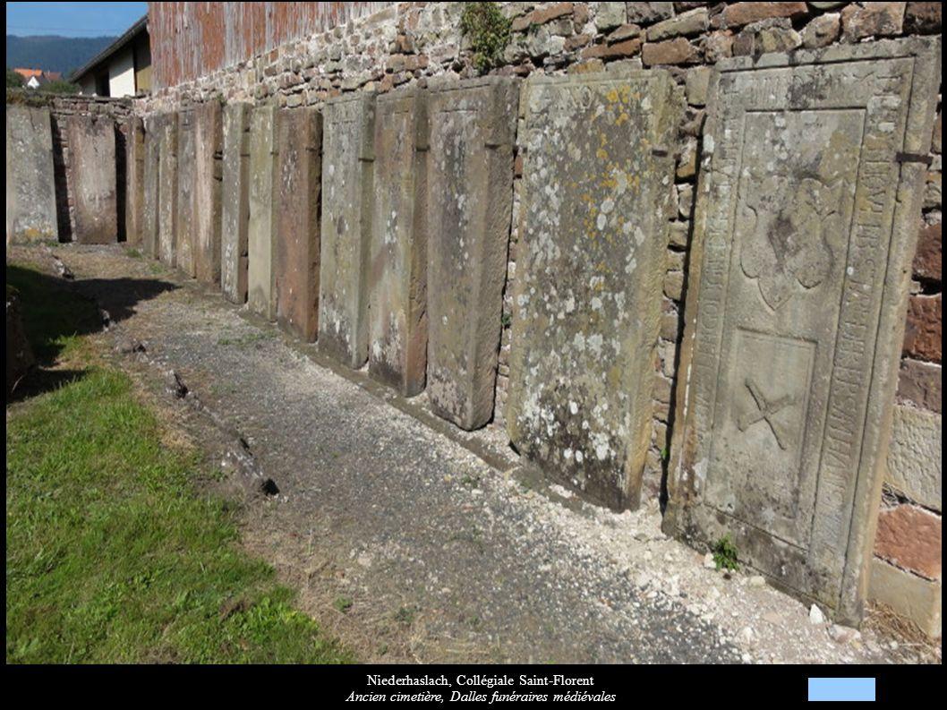 Niederhaslach, Collégiale Saint-Florent Ancien cimetière, Dalles funéraires médiévales