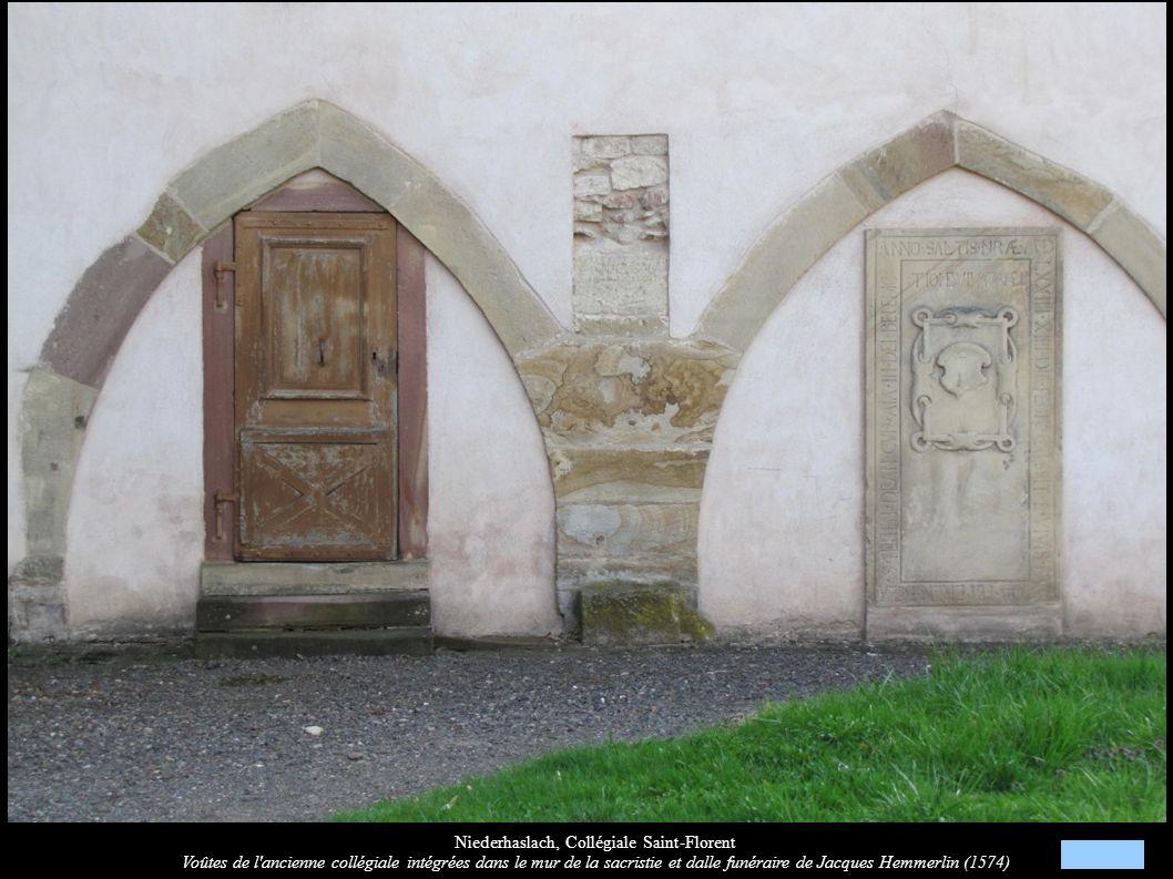 Niederhaslach, Collégiale Saint-Florent Voûtes de l'ancienne collégiale intégrées dans le mur de la sacristie et dalle funéraire de Jacques Hemmerlin