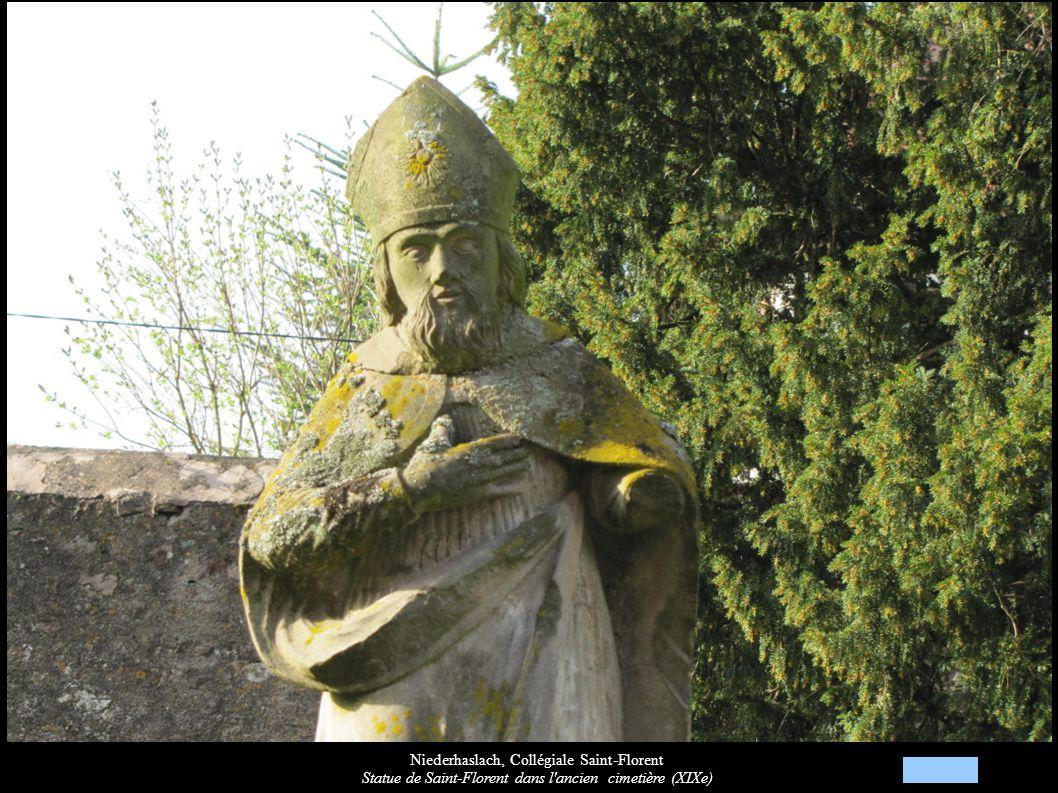 Niederhaslach, Collégiale Saint-Florent Statue de Saint-Florent dans l'ancien cimetière (XIXe)