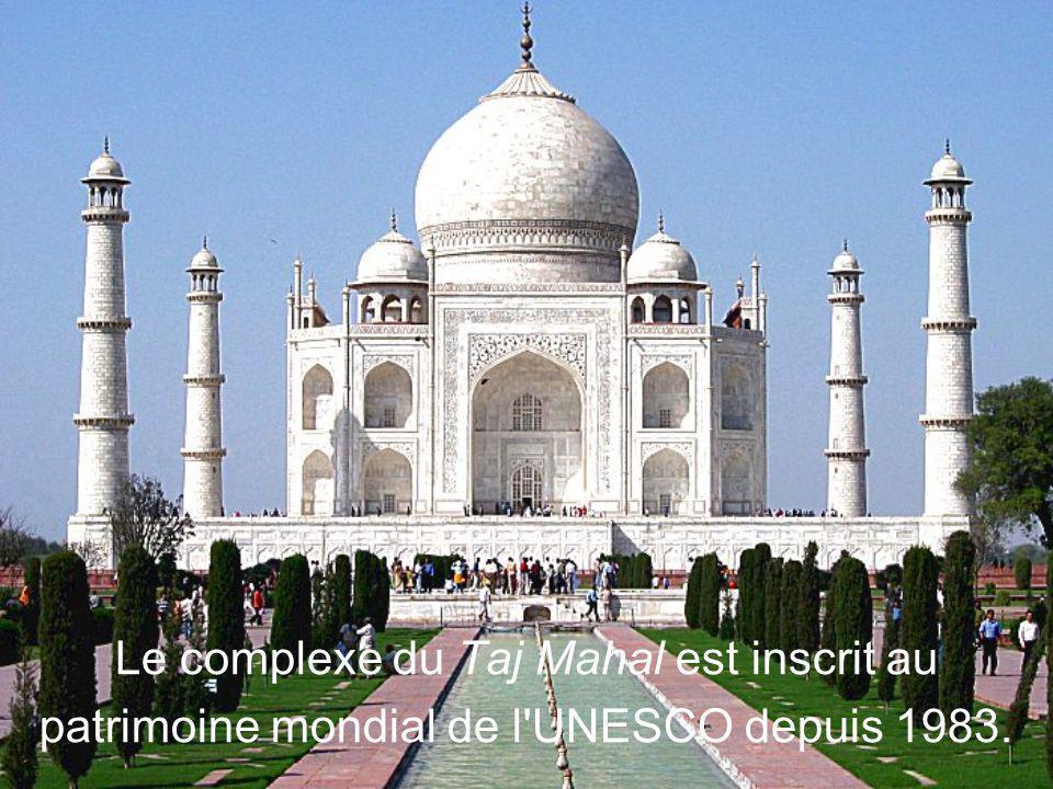 Le dôme central du tombeau est entouré par quatre minarets identiques qui s'inclinent vers l'extérieur de telle sorte qu'en cas de tremblement de terr