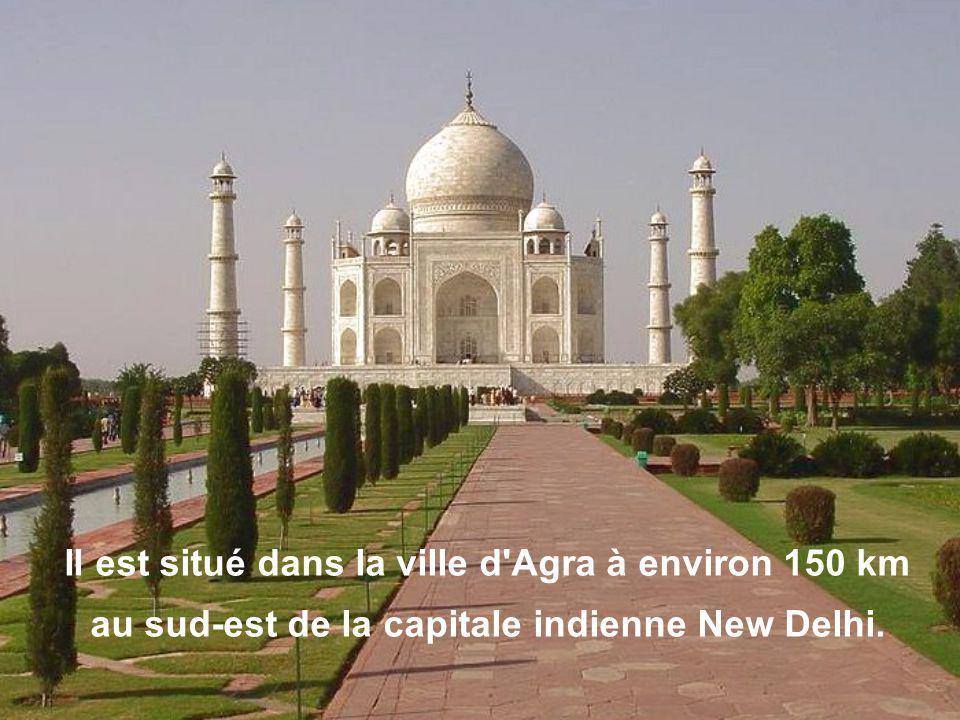 Il est situé dans la ville d Agra à environ 150 km au sud-est de la capitale indienne New Delhi.