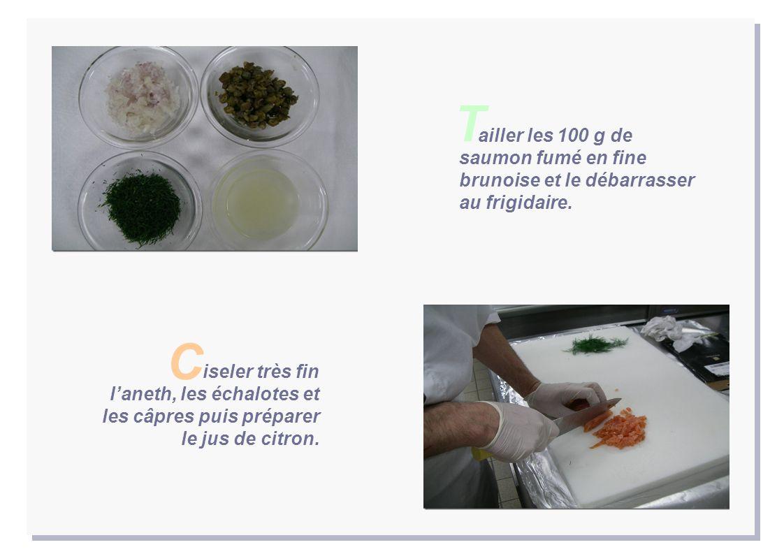 T ailler les 100 g de saumon fumé en fine brunoise et le débarrasser au frigidaire.