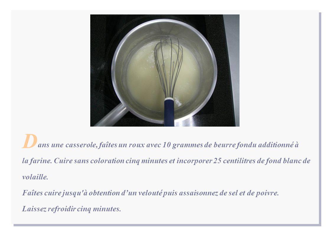 ans une casserole, faîtes un roux avec 10 grammes de beurre fondu additionné à la farine.