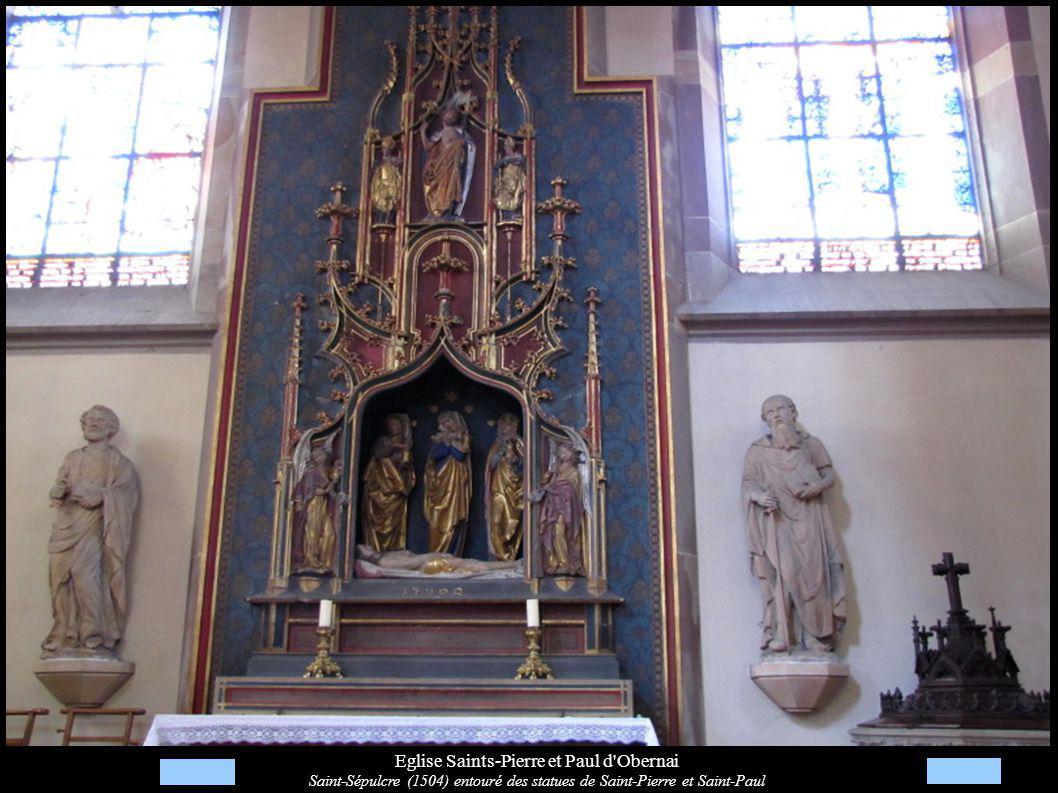 Eglise Saints-Pierre et Paul d'Obernai Saint-Sépulcre (1504) entouré des statues de Saint-Pierre et Saint-Paul