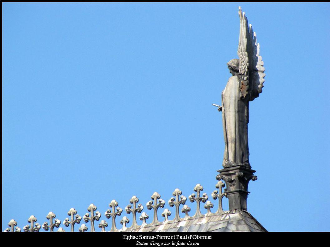 Eglise Saints-Pierre et Paul d'Obernai Statue d'ange sur le faîte du toit