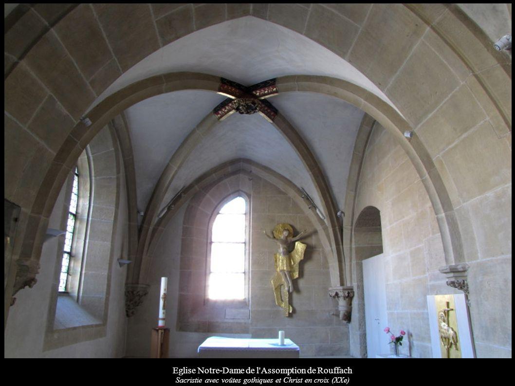 Eglise Notre-Dame de l'Assomption de Rouffach Sacristie avec voûtes gothiques et Christ en croix (XXe)