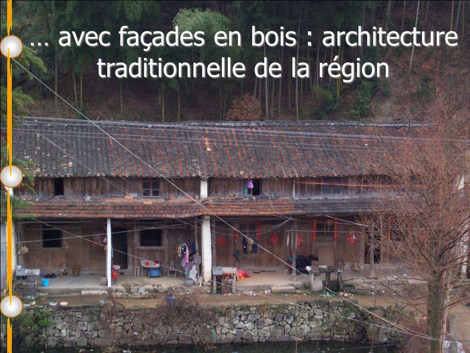… avec façades en bois : architecture traditionnelle de la région