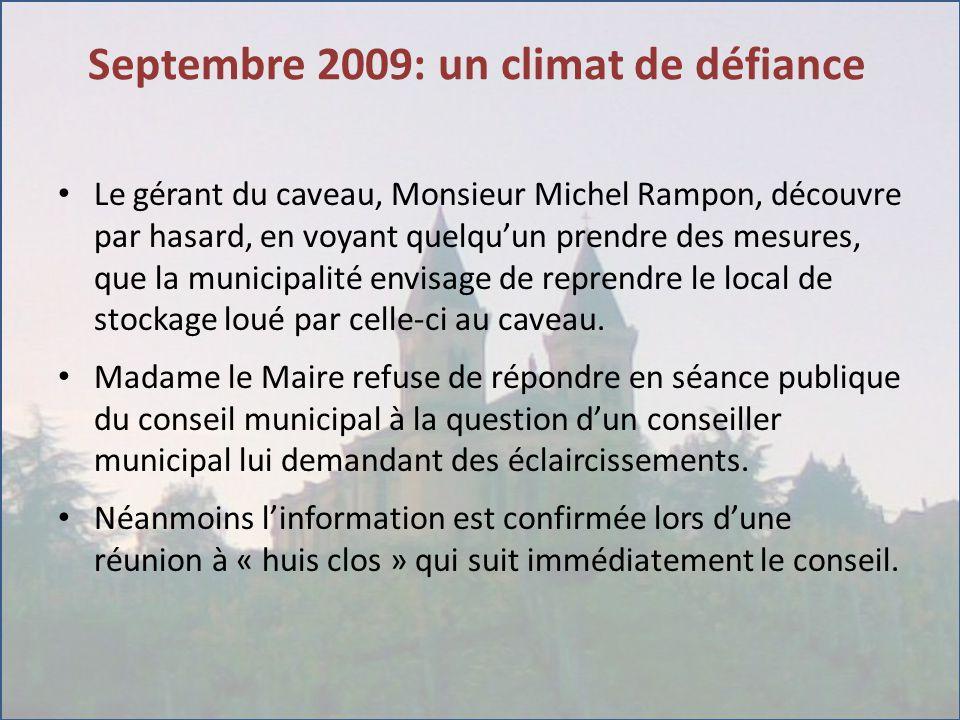 Septembre 2009: un climat de défiance Le gérant du caveau, Monsieur Michel Rampon, découvre par hasard, en voyant quelqu'un prendre des mesures, que la municipalité envisage de reprendre le local de stockage loué par celle-ci au caveau.
