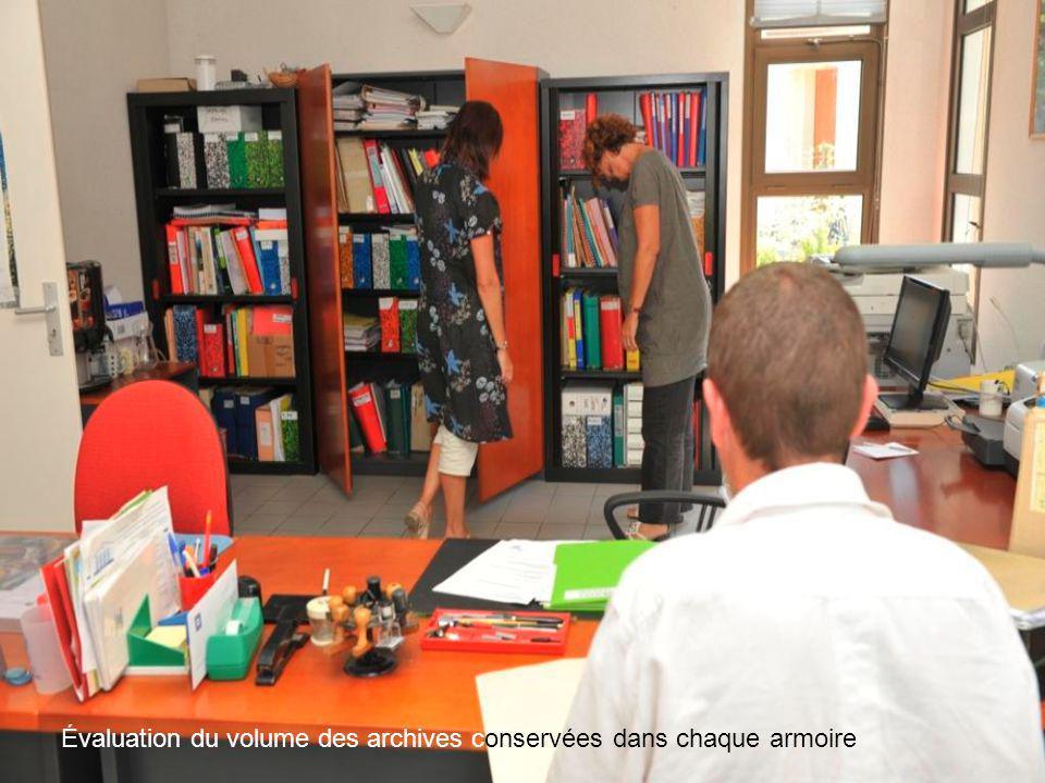 Poursuite de la visite dans un nouveau bureau en collaboration avec un agent de la mairie.