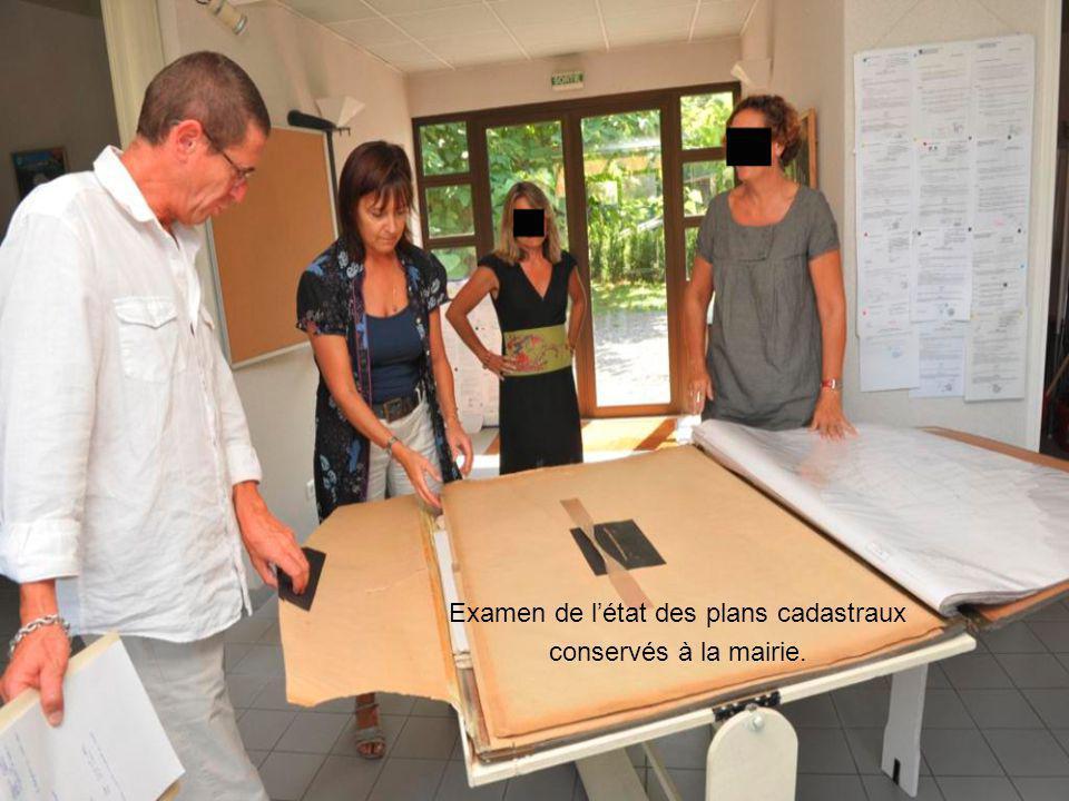 La visite s'achève par l'inspection des archives conservées en salle de réunion