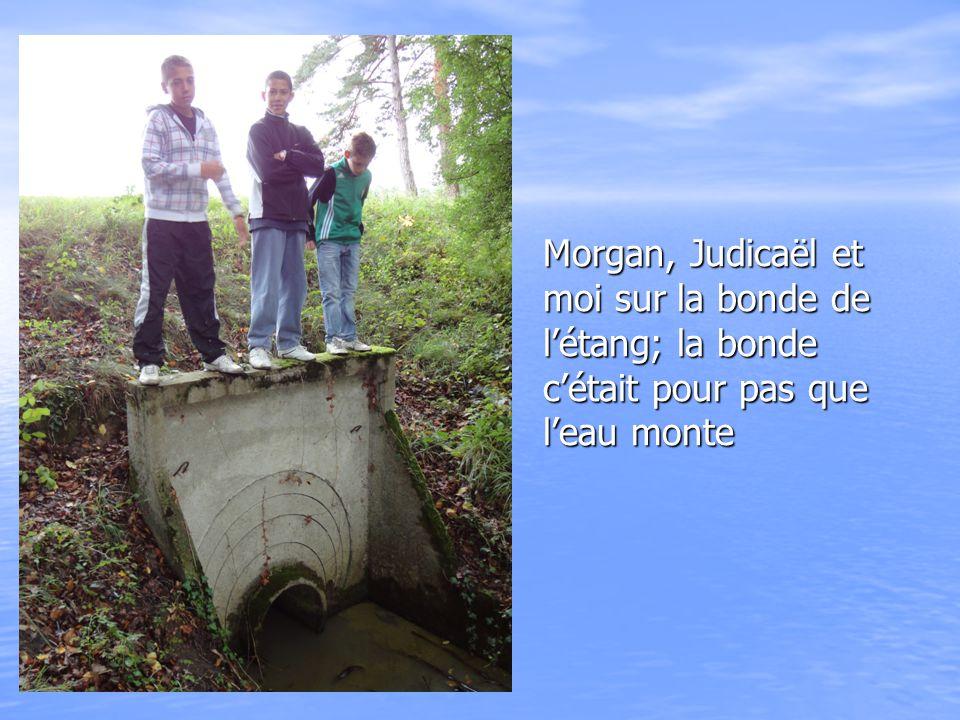Morgan, Judicaël et moi sur la bonde de l'étang; la bonde c'était pour pas que l'eau monte