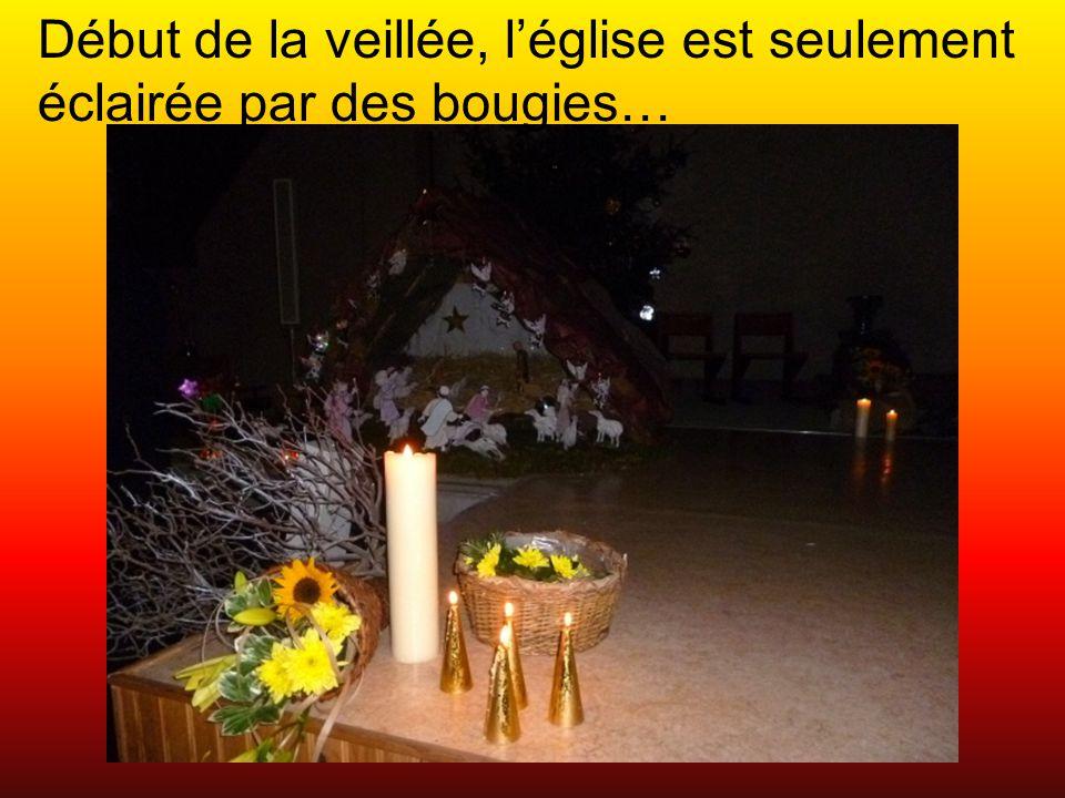 Début de la veillée, l'église est seulement éclairée par des bougies…