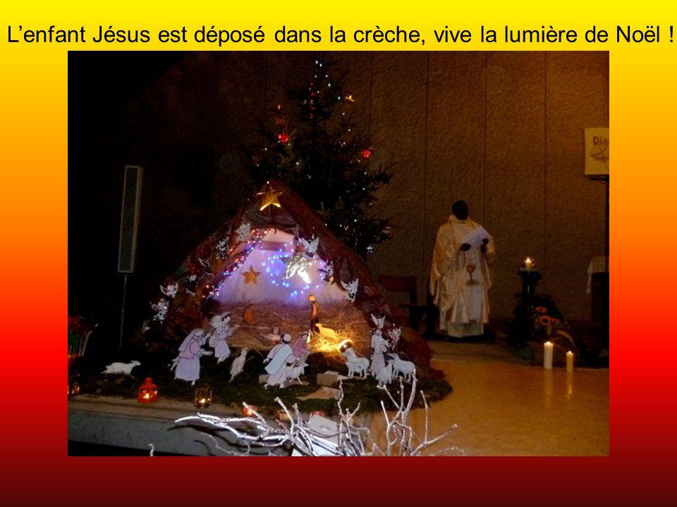L'enfant Jésus est déposé dans la crèche, vive la lumière de Noël !