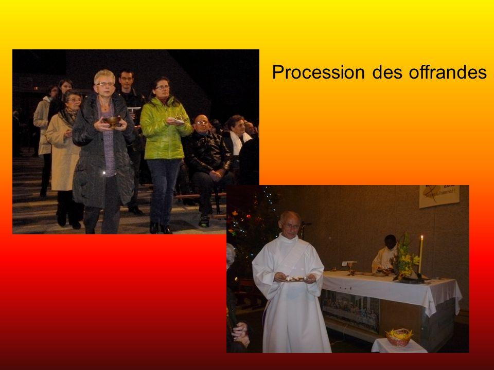 Les enfants rejoignent Amédée et Jean-Paul pour le Notre-Père puis vont porter la paix à l'assemblée.