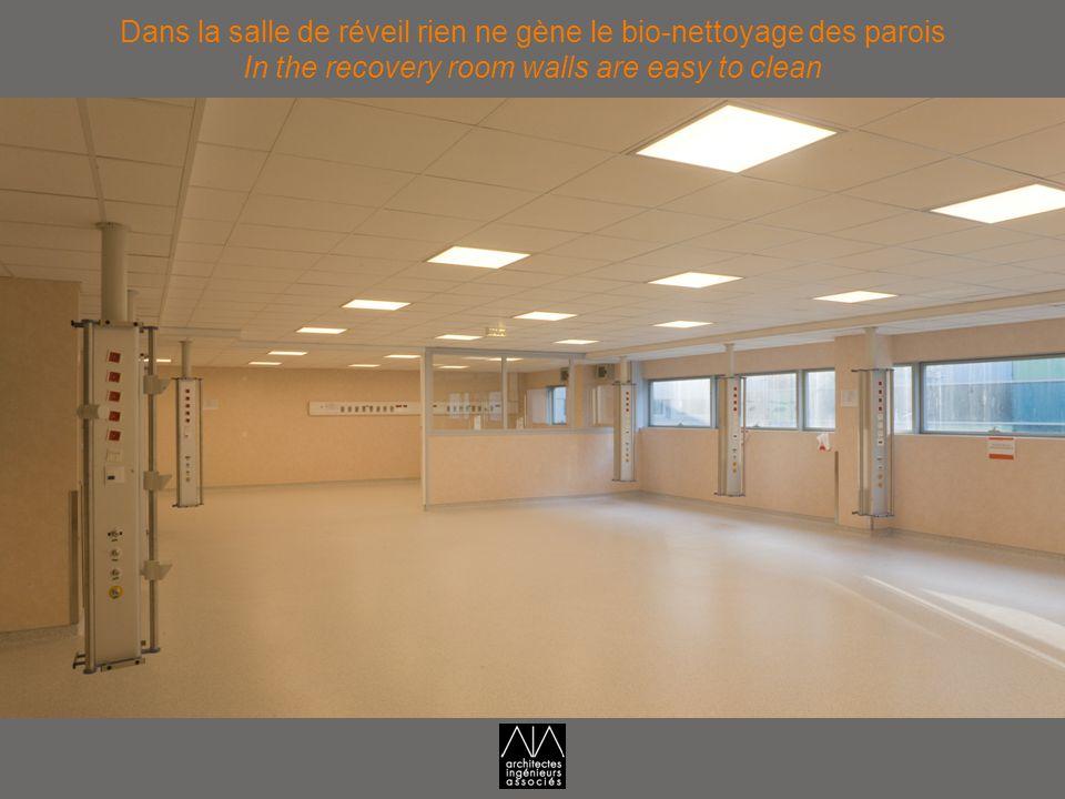 Dans la salle de réveil rien ne gène le bio-nettoyage des parois In the recovery room walls are easy to clean