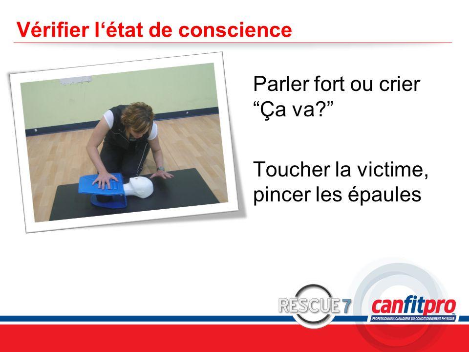 """CPR Course Level 1 Vérifier l'état de conscience Parler fort ou crier """"Ça va?"""" Toucher la victime, pincer les épaules"""