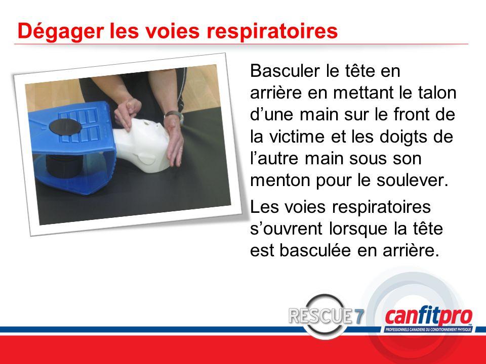 CPR Course Level 1 Dégager les voies respiratoires Basculer le tête en arrière en mettant le talon d'une main sur le front de la victime et les doigts de l'autre main sous son menton pour le soulever.