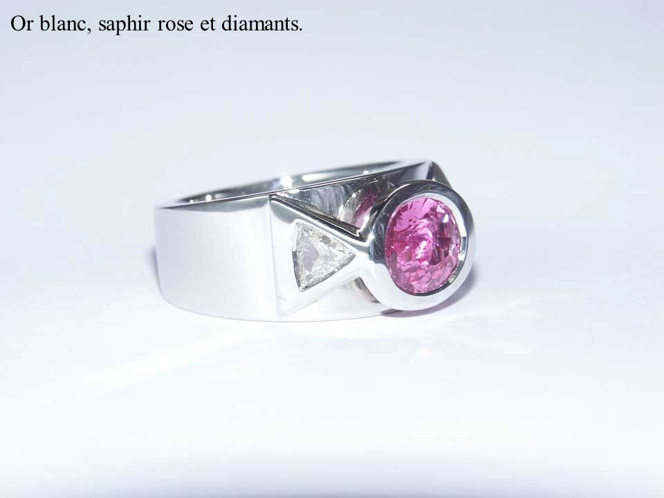 Or blanc, saphir rose et diamants.