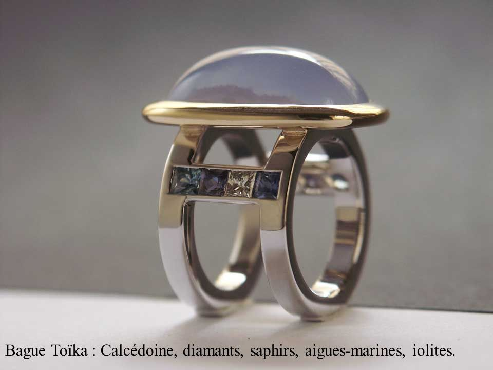 Bague Toïka : Calcédoine, diamants, saphirs, aigues-marines, iolites.