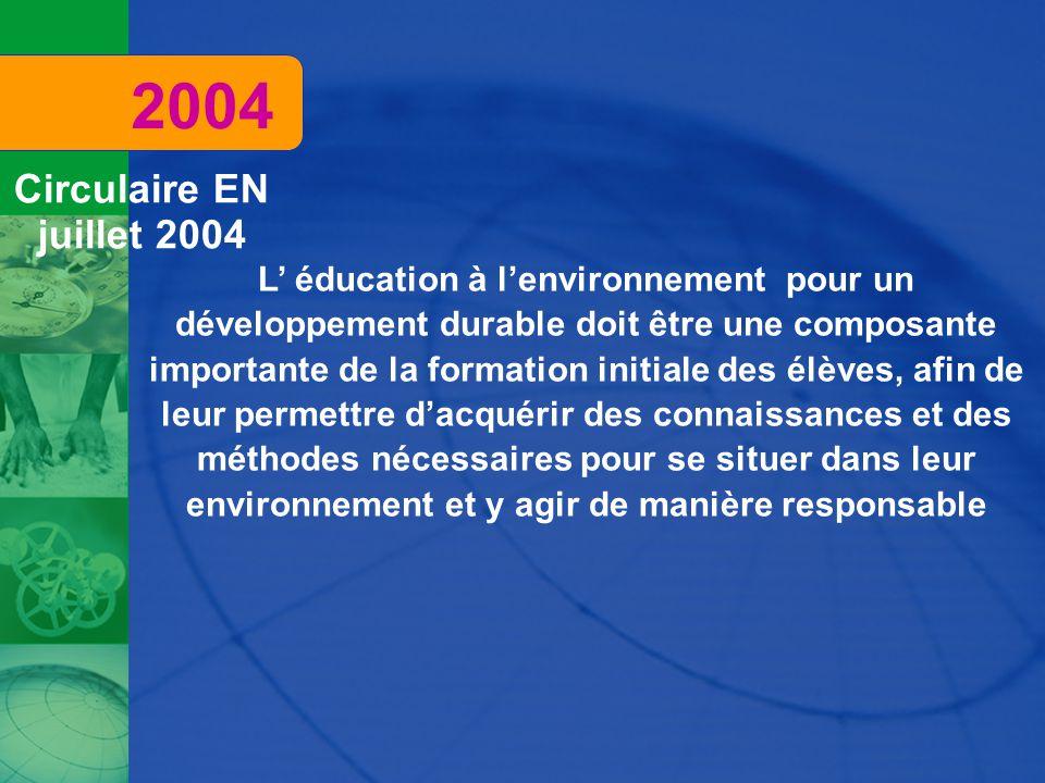 L' éducation à l'environnement pour un développement durable doit être une composante importante de la formation initiale des élèves, afin de leur permettre d'acquérir des connaissances et des méthodes nécessaires pour se situer dans leur environnement et y agir de manière responsable 2004 Circulaire EN juillet 2004
