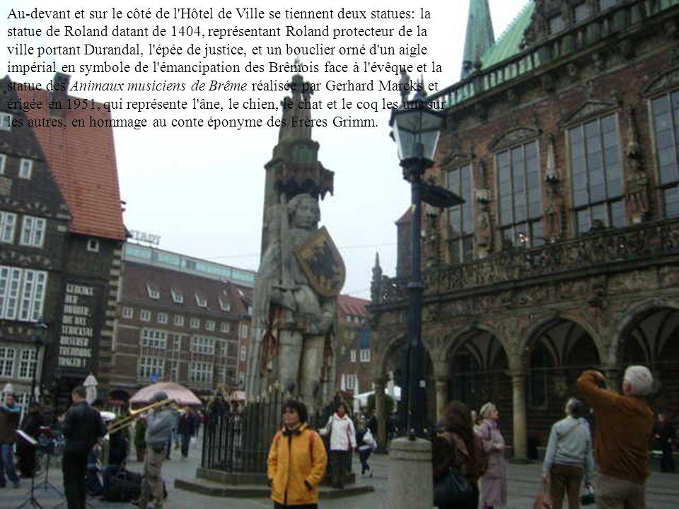 Les principaux monuments de Brême se situent dans l'Altstadt (Vieille ville), une zone ovale entourée par la rivière Weser, au sud-ouest, et par le Wa