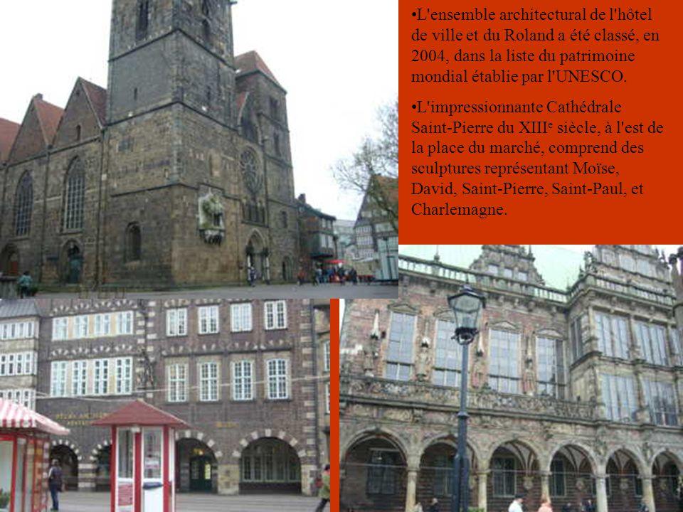 Au-devant et sur le côté de l'Hôtel de Ville se tiennent deux statues: la statue de Roland datant de 1404, représentant Roland protecteur de la ville