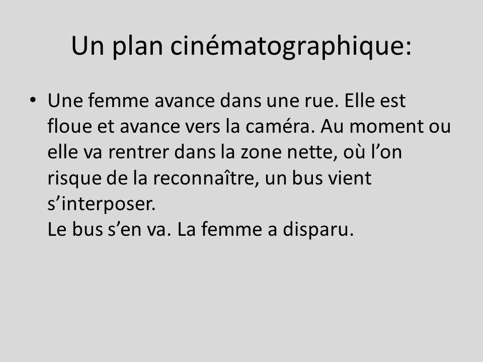Un plan cinématographique: Une femme avance dans une rue.