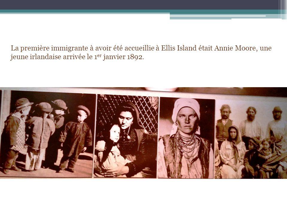 La première immigrante à avoir été accueillie à Ellis Island était Annie Moore, une jeune irlandaise arrivée le 1 er janvier 1892.