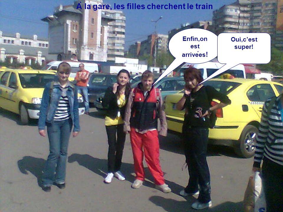 À la gare, les filles cherchent le train Enfin,on est arrivees ! Oui,c'est super!