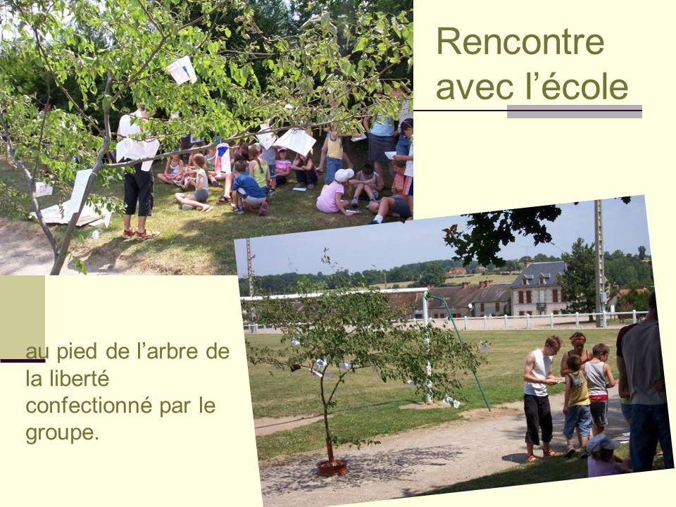 Rencontre avec l'école au pied de l'arbre de la liberté confectionné par le groupe.