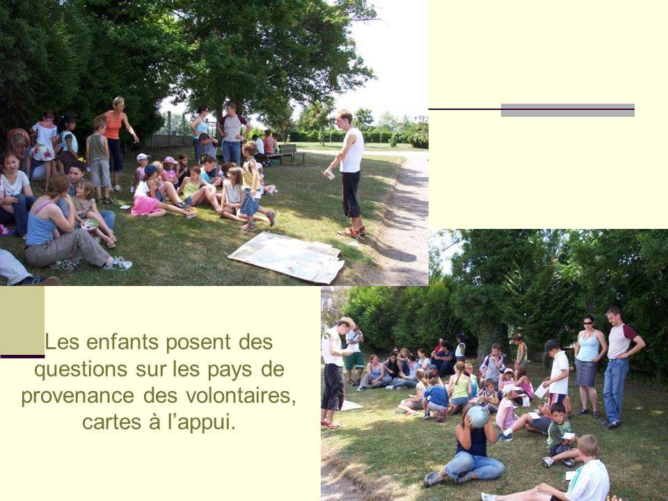 Les enfants posent des questions sur les pays de provenance des volontaires, cartes à l'appui.