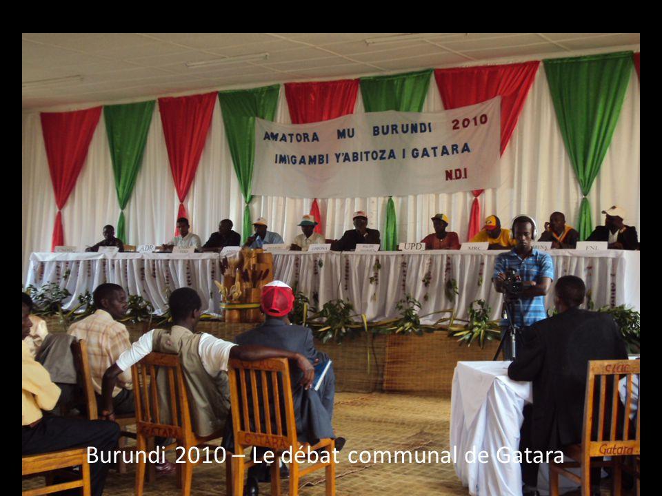 Côte d'Ivoire 2009 – La délégation de NDI/CPD discute les options du format d'un débat avec le groupe civique ELAN