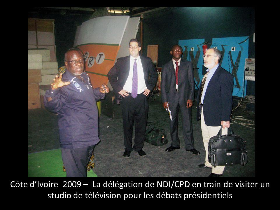 Côte d'Ivoire 2009 – La délégation de NDI/CPD en train de visiter un studio de télévision pour les débats présidentiels