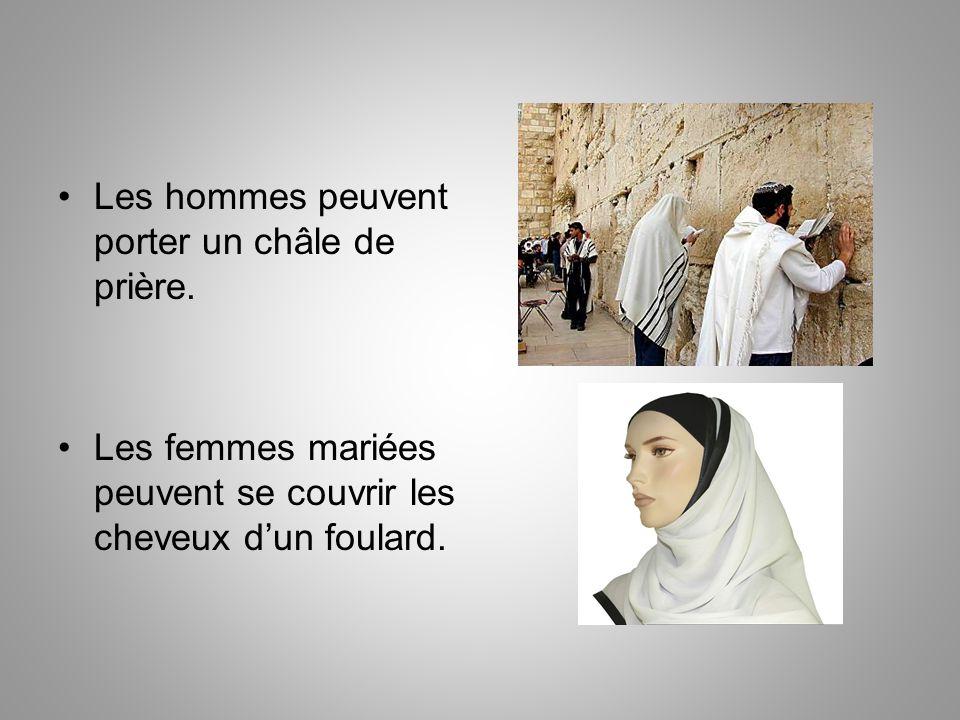 Les hommes peuvent porter un châle de prière. Les femmes mariées peuvent se couvrir les cheveux d'un foulard.