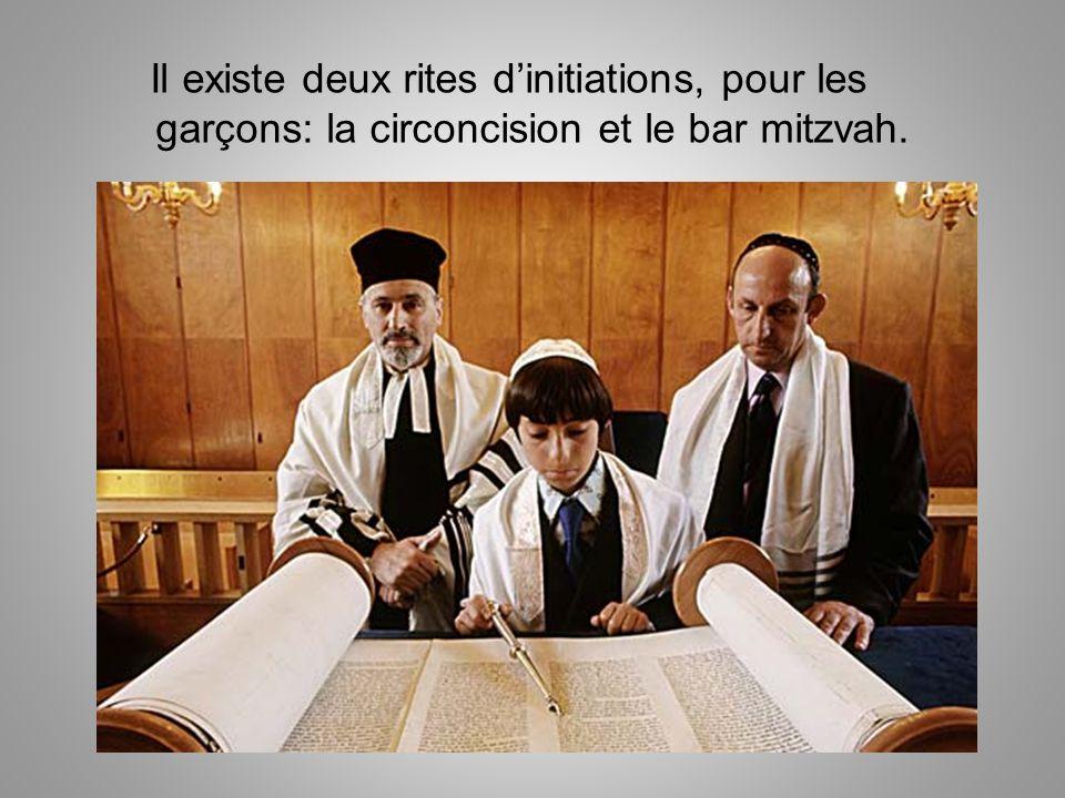 Il existe deux rites d'initiations, pour les garçons: la circoncision et le bar mitzvah.