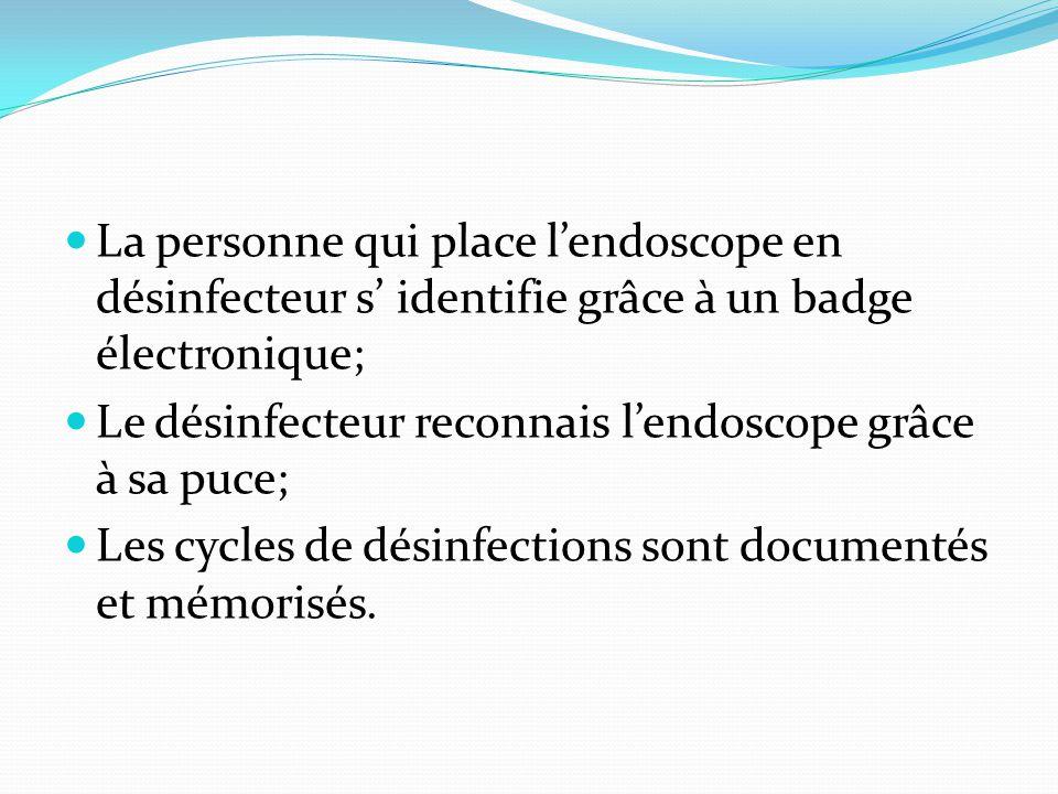 La personne qui place l'endoscope en désinfecteur s' identifie grâce à un badge électronique; Le désinfecteur reconnais l'endoscope grâce à sa puce; L