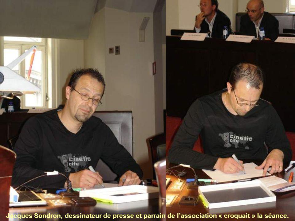 Jacques Sondron, dessinateur de presse et parrain de l'association « croquait » la séance.