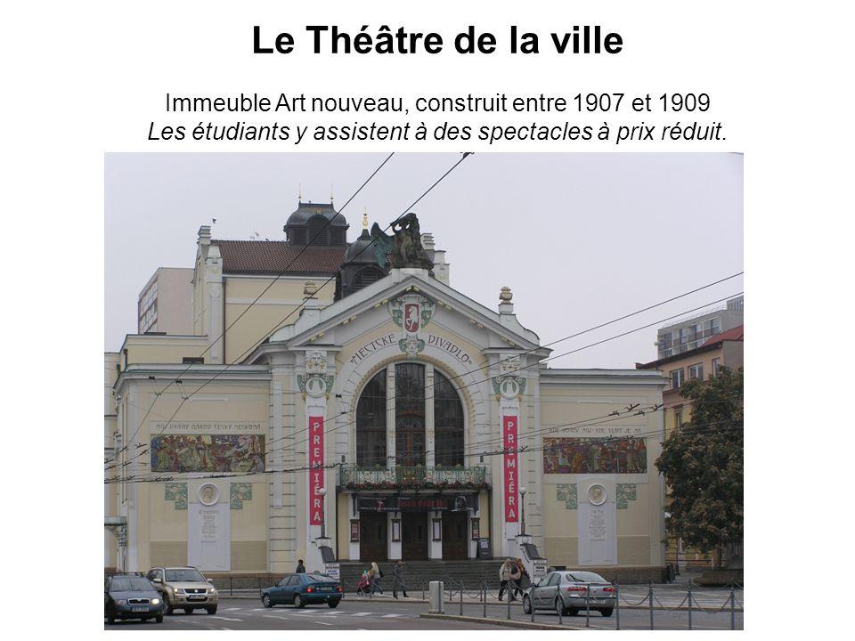 Le Théâtre de la ville Immeuble Art nouveau, construit entre 1907 et 1909 Les étudiants y assistent à des spectacles à prix réduit.