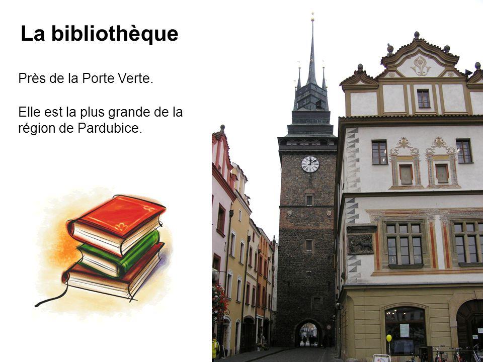 Près de la Porte Verte. La bibliothèque Elle est la plus grande de la région de Pardubice.