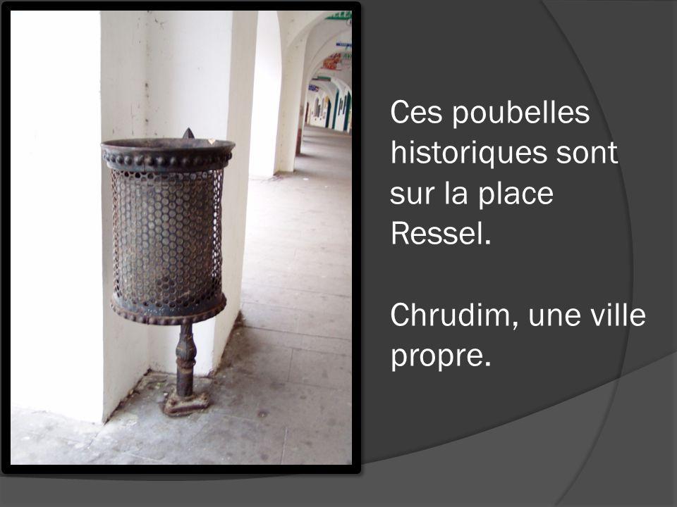 Ces poubelles historiques sont sur la place Ressel. Chrudim, une ville propre.