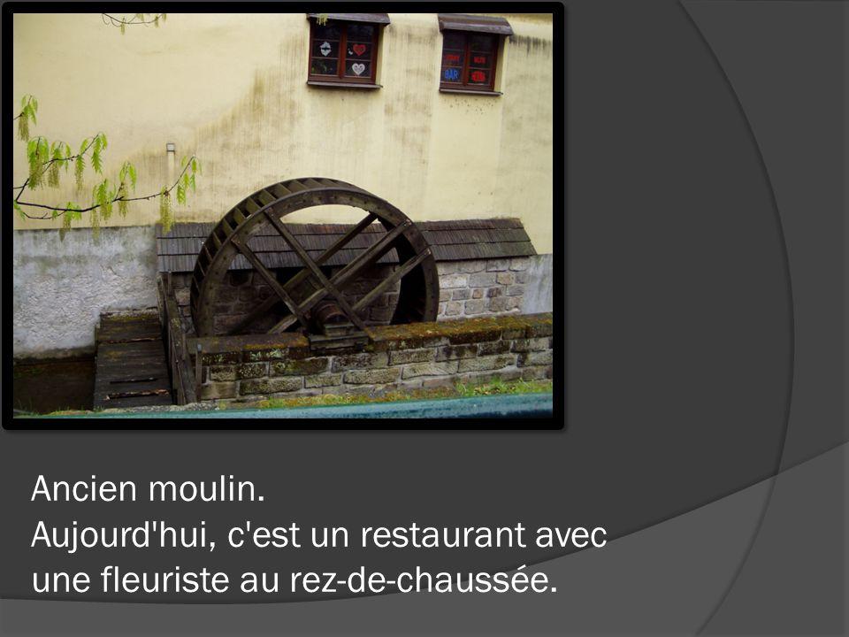 Ancien moulin. Aujourd'hui, c'est un restaurant avec une fleuriste au rez-de-chaussée.