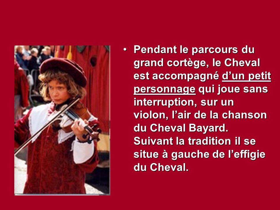 Pendant le parcours du grand cortège, le Cheval est accompagné d'un petit personnage qui joue sans interruption, sur un violon, l'air de la chanson du
