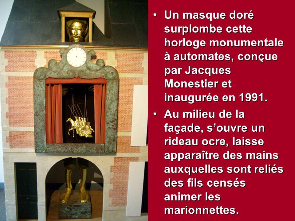 Un masque doré surplombe cette horloge monumentale à automates, conçue par Jacques Monestier et inaugurée en 1991.Un masque doré surplombe cette horlo