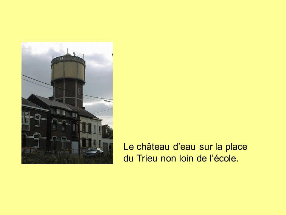 Le château d'eau sur la place du Trieu non loin de l'école.