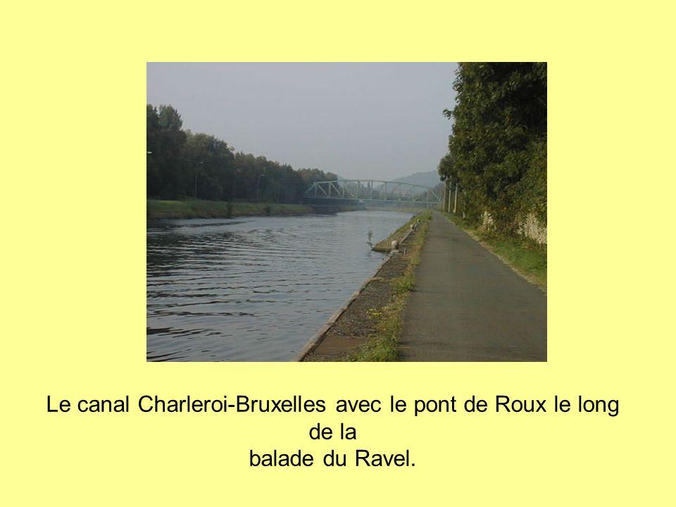 Le canal Charleroi-Bruxelles avec le pont de Roux le long de la balade du Ravel.