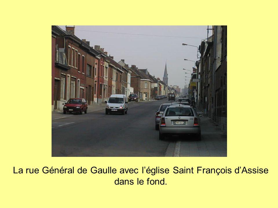La rue Général de Gaulle avec l'église Saint François d'Assise dans le fond.